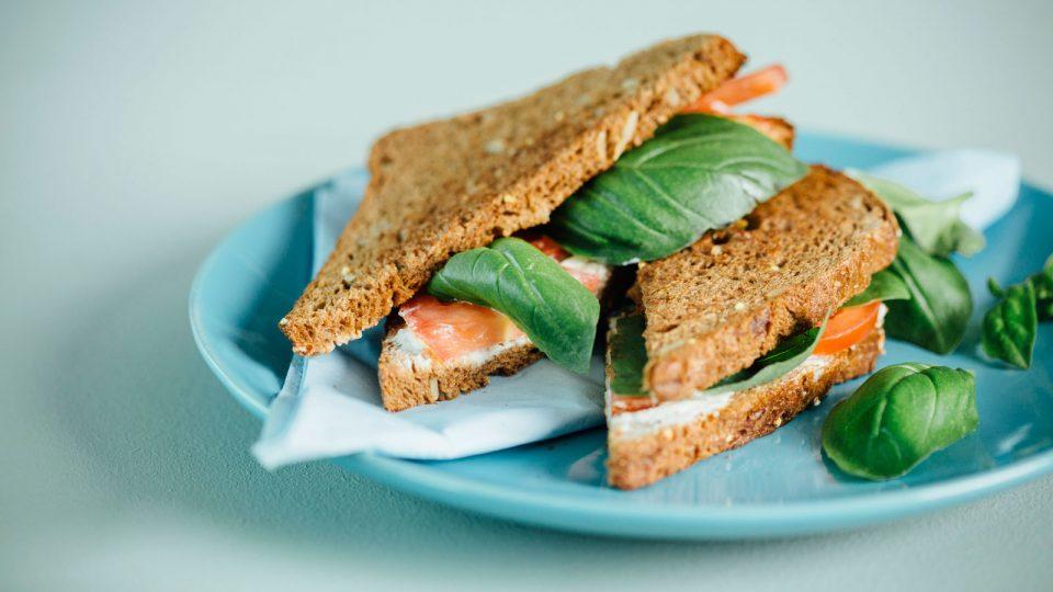 Pernillan nopea välipala: tuorejuusto-tomaatti-toast