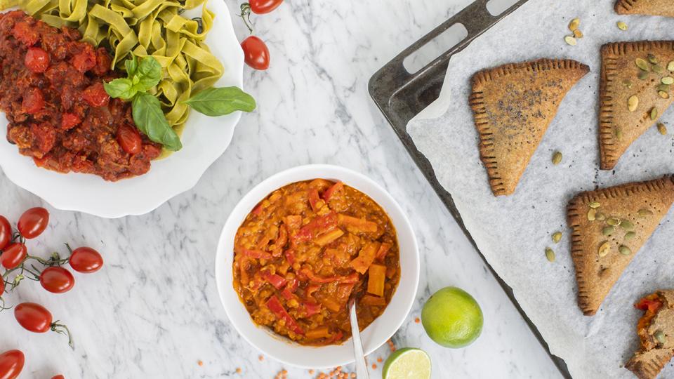 Loihdi nyhtökaurasta tomaattikastike ja kaksi jämäruokaa